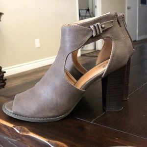 Brown Report cut out boots- great cond. Like new